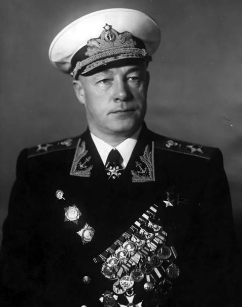 Адмирал Флота Советского Союза Николай Герасимович Кузнецов, именем которого названа Академия.
