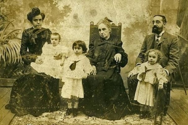 Возможно, вы замечали, что на фотографиях 19-го века люди почти никогда не улыбаются Мотивы людей, живших за столетие до нас, разгадать порой трудно, и всё же их «каменным» лицам есть несколько