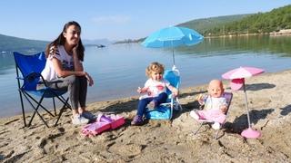 Anne Vlog. Sevcan Derin ve Baby Born plaj sandalyelerini kuruyor! Bebek bakma oyunu