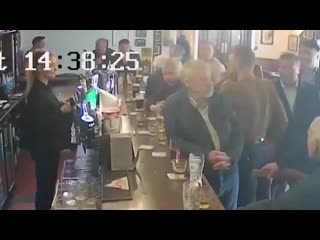 Конор МакГрегор напал на пожилого посетителя бара за отказ выпить виски Рифмы и Панчи