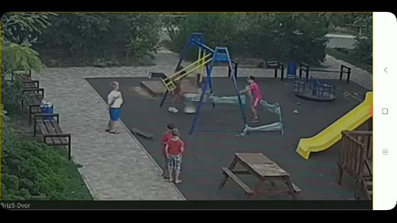 Трагедия на детской площадке В Одессе мальчик наткнулся на штырь и оказался в реанимации