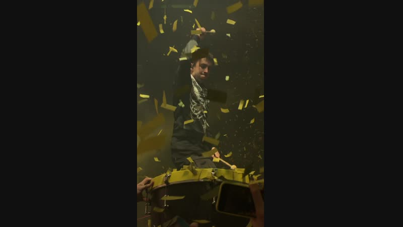 тайлер хреначит по барабану под трис