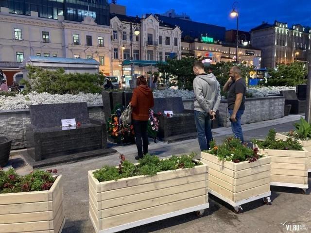 Во Владивостоке местные жители возложили траурные венки к гранитным скамейкам за 10 млн рублей