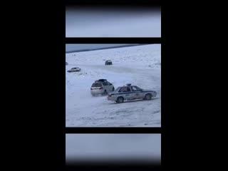 Полицейские пытались остановить движение по самопальной ледовой переправе через Лену по маршруту Якутск