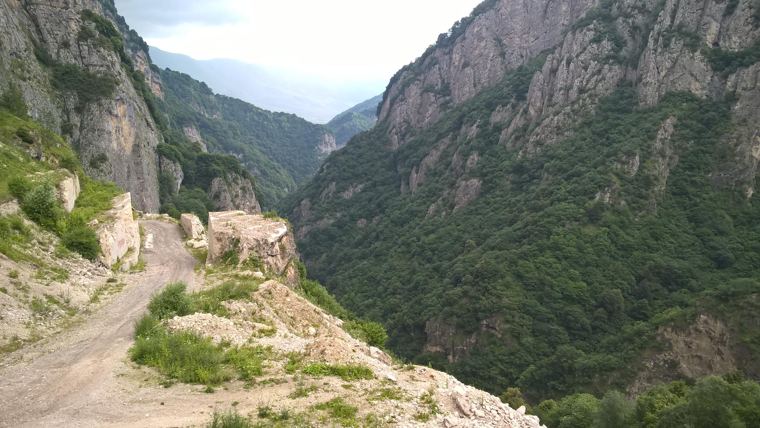 дорога между Даргавс и Кобань сквозь скалы