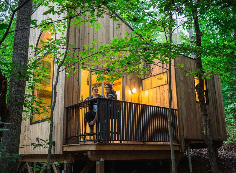 Уютная маленькая хижина в лесу с качелью, местом для медитаций и террасой