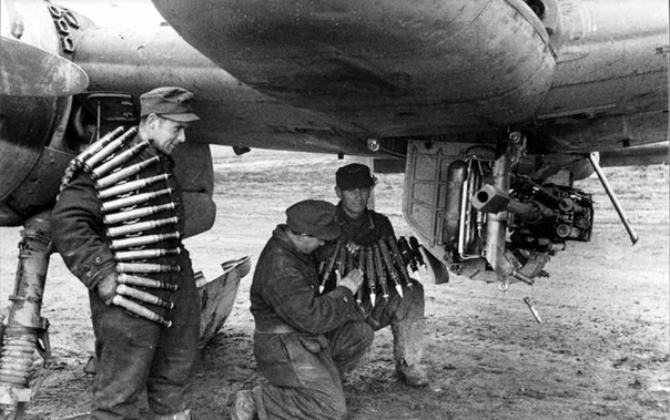 Аэродромные техники заряжают 30-миллиметровую пушку M 103, установленную под фюзеляжем немецкого противотанкового самолёта Hs-129 Обращают на себя внимание приборы управления двигателем, из-за
