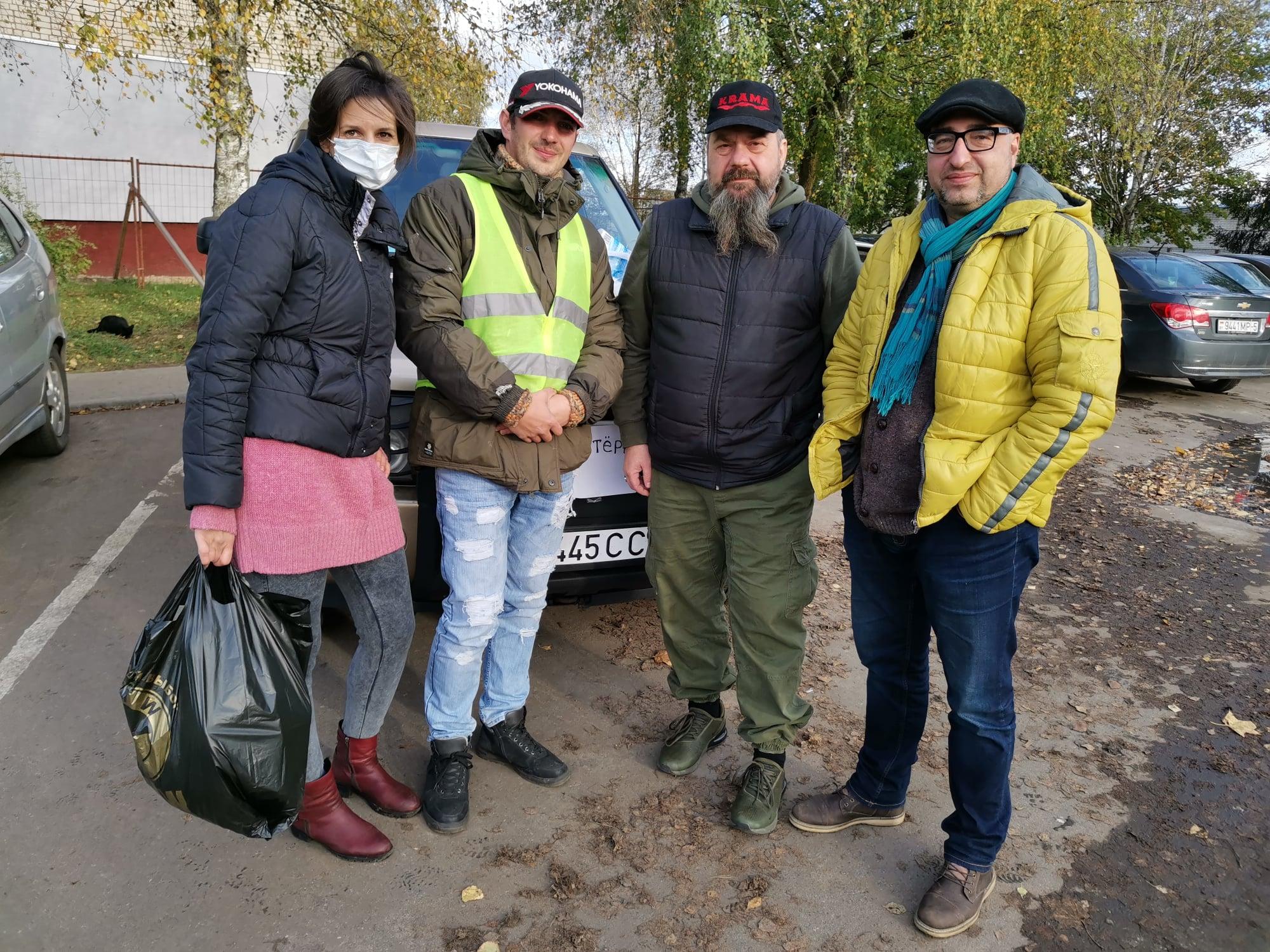 Павел Юрцэвіч і Аляксандр Памідораў з валанцёрамі ў Жодзіна