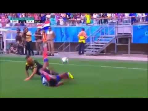 Falta dura de Rafinha em jogador do Bahia