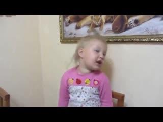 Девочка очень смешно рассказывает стихотворение про бабушку