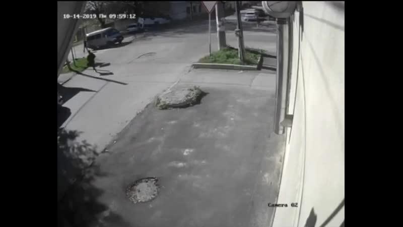 Безбашенный водитель легковушки перевернул маршрутку в Нальчике