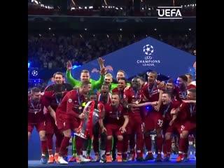 Момент истины. Футболисты Ливерпуля поднимают трофей Лиги чемпионов