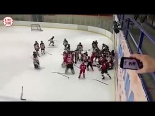 Массовая драка между 12-летними хоккеистами из Воронежа и Луганскае в Старом Осколе  ледовое побоище