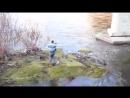 Dieser Mann kletterte von einer Brücke Epoch Times Panorama
