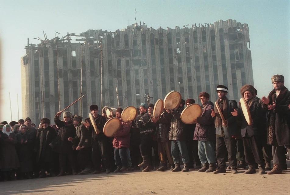 Чеченцы празднуют победу после провала штурма Грозного. Позади - все, что осталось от Дома правительства республики.Фото: Владимир ВЕЛЕНГУРИН