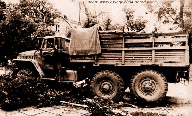 Урал-4320, поврежденный взрывом фугаса. Кузов изнутри обшит бревнами. Чечня, сентябрь 2000 года