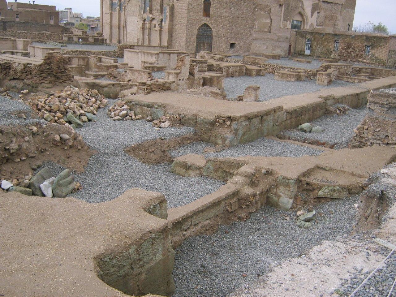 раскопки древних строений Вокруг мавзолея в Сольтание