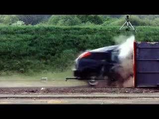 Краш-тест Ford Focus 1. 200 км/час. Лихачам советую посмотреть.