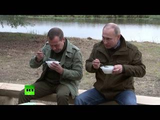 Новгородские рыбаки угостили Путина и Медведева ухой без рыбы)
