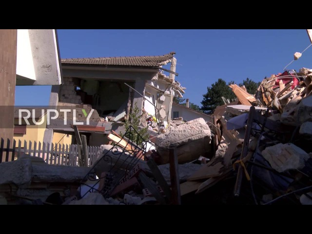 Италия Аматриче местные жители прослезился после того как смертельная землетрясения опустошает город