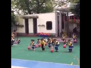 Как малыши тренируются в Китае. Тренировка детеи в Китае