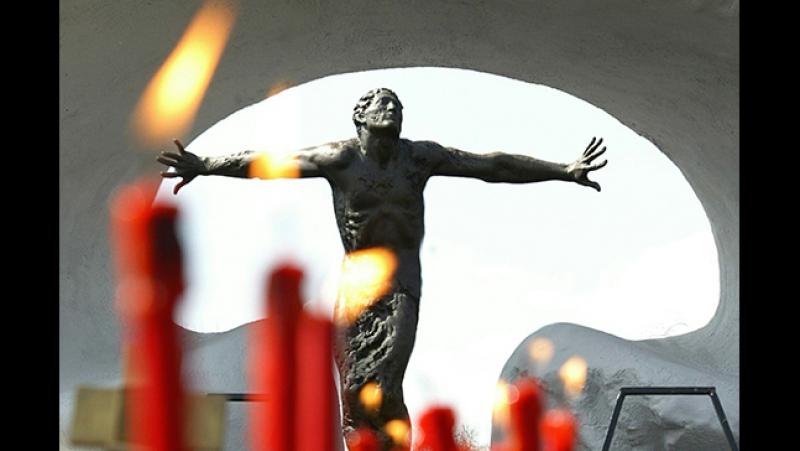 До річниці аварії в Чорнобилі яка відзначається сьогодні легендарний піаніст Євген Хмара представив відео на свою композицію