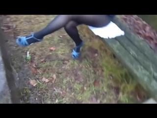 Школьница задрала юбку и показала ножки в колготках