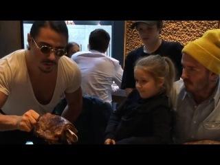 Salt Bae Serving David Beckham And All His Cute Family!  #saltbae #davidbeckham  #nusr_et