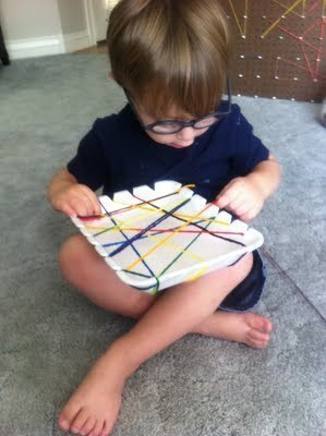 ТКАЧОК-ПАУЧОК Для малышей это хорошее упражнение на развитие мелкой моторики.Пенополистероловый лоток (для пищевых продуктов) или бумажную тарелку зазубрите по краям и дайте ребенку моток