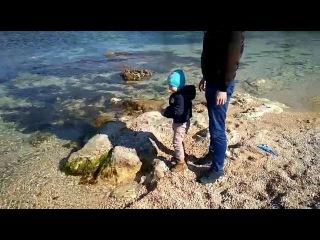 Весна. Тепло. Прогулка около моря. Кидали  камушки в воду. Никита сам купил себе мячик.