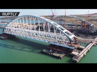 Беспилотник заснял начало установки железнодорожной арки Крымского моста