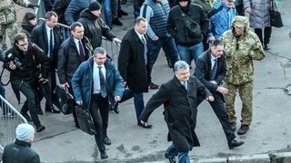 ВИнтернете появилось фото Петра Порошенко, который вспешке покидает свой предвыборный митинг вЖитомире. Новости. Первый канал