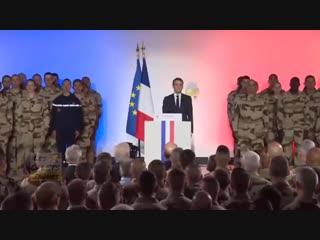 Un soldat tombe à côté du président macron juste après lhymne national