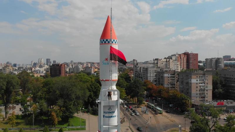 14 серпня, над громадським інформаційно-виставковим центром Mediaprostir розвивається червоно-чорний прапор ОУН-УПА.