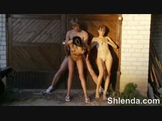 Двух молодых деревенских школьниц 18 лет крестьянок трахают в деревне mature teen anal milf lesbian