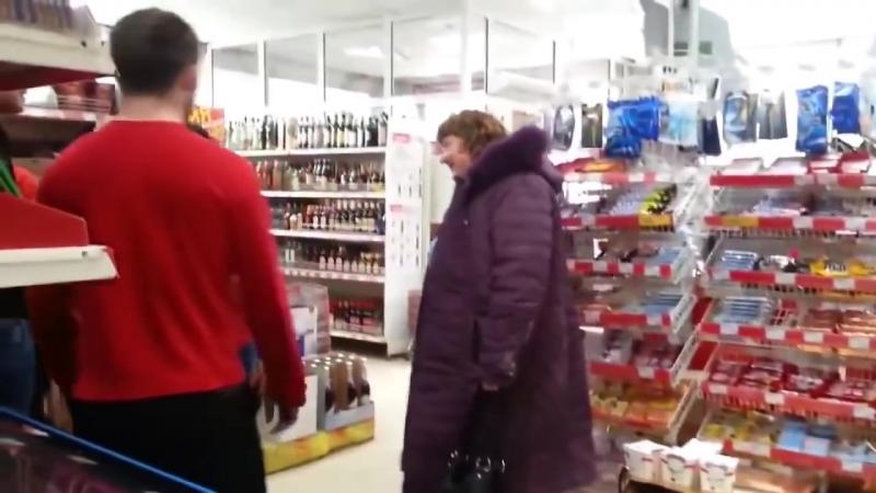 Злая бабка буянит в магазине Жесть!.mp4