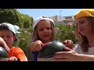 Арбуз челлендж мальчики против девочек Мистер Макс с папой и Miss Katy с тётей Инной