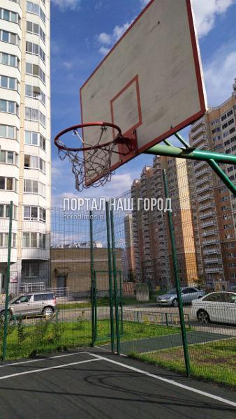 Коммунальщики привели в порядок баскетбольную сетку в одном из дворов Некрасовки
