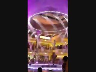 Красивый фонтан в аэропорту Израиля -
