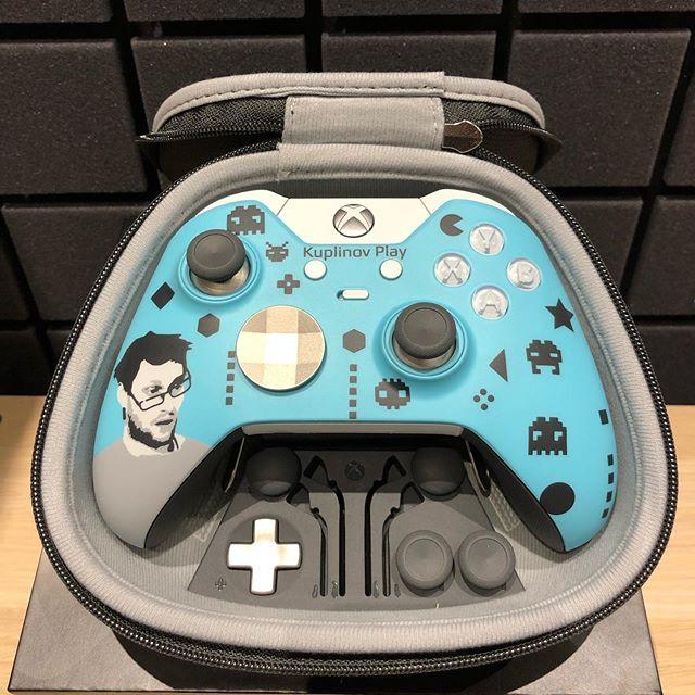 Дмитрий Куплинов: Такой вот подарок от Microsoft, а конкретнее от команды XBOX. Контроллер Xbox Elite с какой-то необычной окраской, каким-то знакомым лицом. Смотришь на это лицо и почему-то так прям хорошо становится... Хороший это человек, наверное)