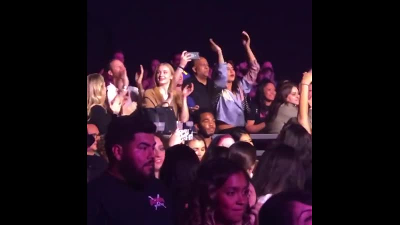 Софи на концерте музыкальной группы Jonas Brothers в Сакраменто, Калифорния | 15 октября 2019