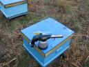 Использование дым-пушки для обработки пчел.Use the smoke gun to handle bees.