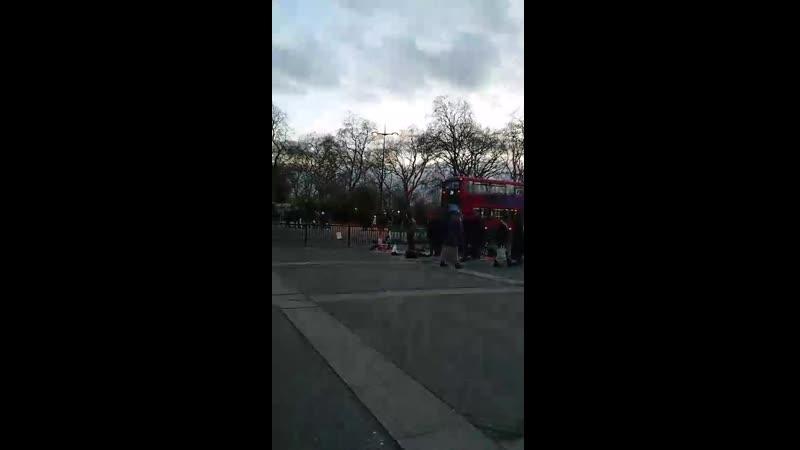 Muslime blockieren heute Abend die Straße um am Boden zu beten ignorante pissende Bastarde