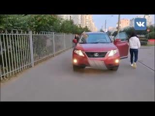 Девушка с битой отстояла право проезда по тротуару Комендантского