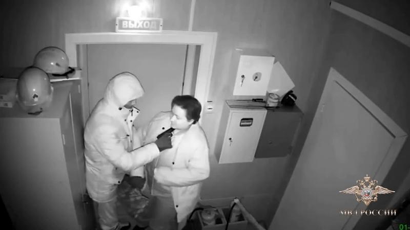 Криминальный спектакль на АЗС. Налетчик и кассир имитировали ограбление заправочной станции