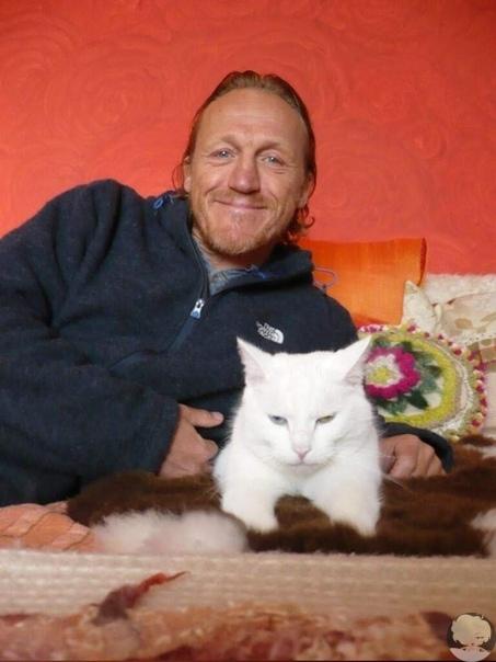 """Джером Флинн, британский актёр, наиболее известный по роли наемника Бронна в сериале """"Игра Престолов"""", завел себе кошку"""