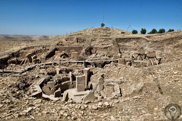 Гёбекли́-Тепе́ (тур. Göbeli Tepe «Пузатый холм», известный также как «Пупочный холм» Храмовый комплекс, расположенный в 8 километрах к северо-востоку от города Шанлыурфа, Эдесса (греч. Έδεσσα),