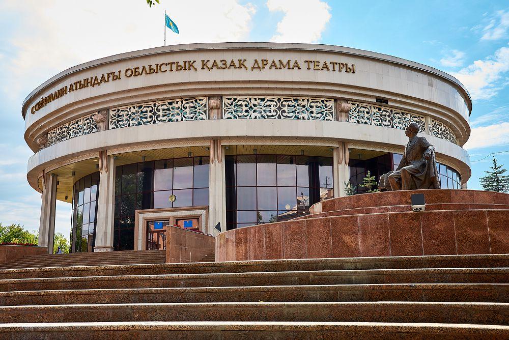 Фотосессия у театра Сакена Сейфуллина в Караганде