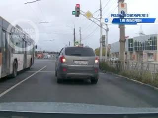 Рязань, 20 сентября Мотоциклист очень спешит на мигающий зеленый.Видео с регистратора.#rzn_life #рзнлайф #rznlife #рзнлайф #
