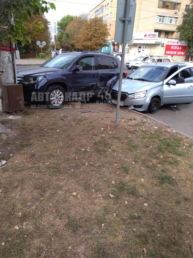 В центре Курска «DATSUN» протаранил «VOLKSWAGEN». Пострадала женщина